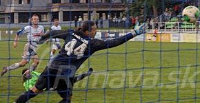 brankár Michalík je prikrátky na strelu Pribulu, tretí gól MŠK