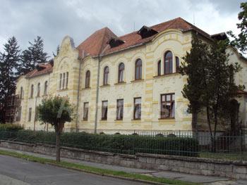 Súčasný pohľad na budovu bývalého štátneho detského domova na dnešnej Bottovej ulici, vktorej sídli Špeciálna základná škola.