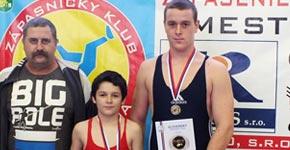 zľava: tréner Lokomotívy Jozef Radnóti s medailistami Pavlom Rapčanom a Radom Šimnským