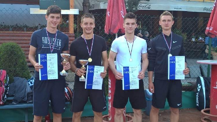 Zľava: Michal Selecký, Vladimír Kurek /víťazi štvorhry/, Ivan Pouš, Róbert Turzák