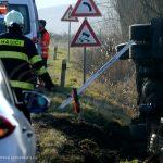 Za Veľkými Teriakovcami sa prevrátil kamión s drevom, vodiča previezli do nemocnice
