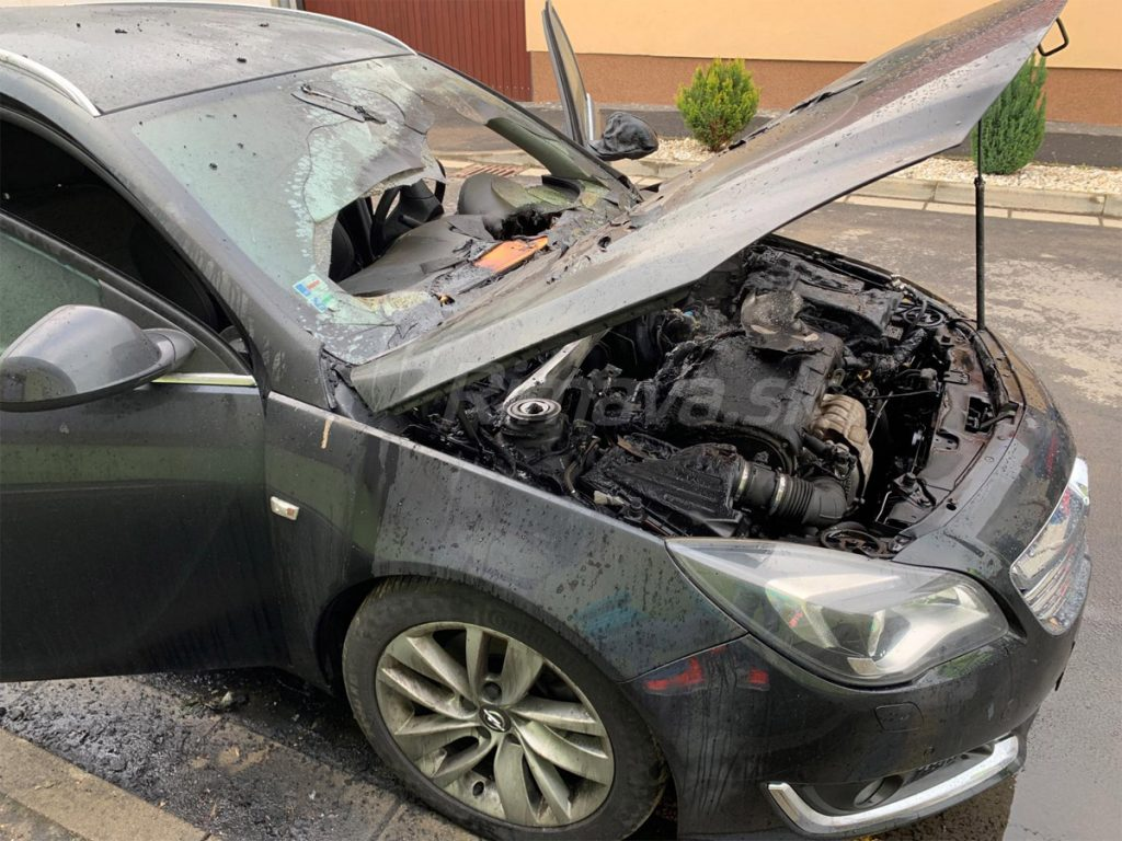 14b915b40 Auto bolo odparkované pri chodníku ale v prípade väčšieho a dlhšie  trvajúceho požiaru by mohlo dôjsť aj k poškodeniu rodinného domu.